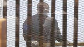مصر.. أول ظهور لمرسي ببدلة السجن الزرقاء أثناء محاكمته بقضية التخابر مع قطر