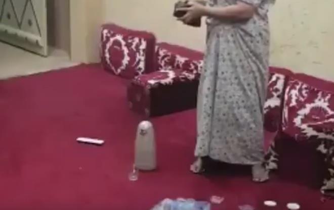بالفيديو.. مواطن يوثق سرقة خادمته لأمواله بكاميرا سرية