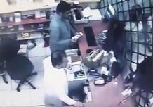 بالفيديو.. وافد يحتال على موظف بمحل صرافة.. ويسرق 1100 ريال
