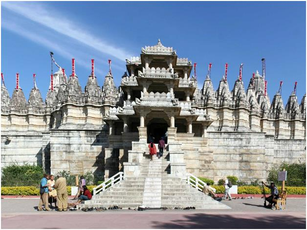 """معبد """"راناكبور جين"""" في الهند، ويضم 1400 عامود رخامي، كلُ مختلف في تصميمه عن الآخر، بحيث لا يتشابه اثنان."""