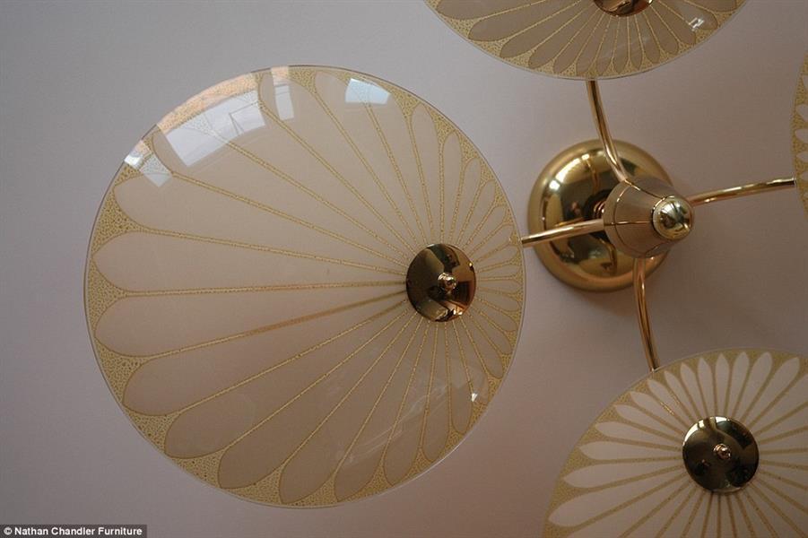 إضاءة وظلال بأشكال ذهبية، تعكس اسلوب ذلك العصر، بفن ديكور متميز