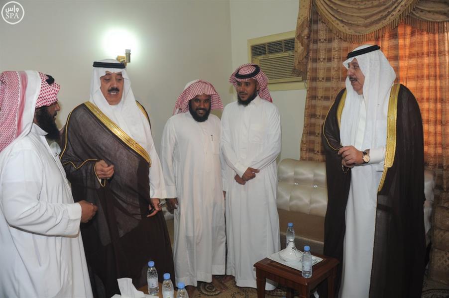 وزير الحرس الوطني يؤدي الصلاة على الشهيد جلوي بن سعد السبيعي ويقدم واجب العزاء