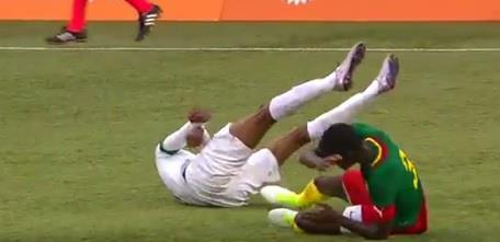 """شاهد.. إغماءة لاعب المنتخب """"كنو"""" إثر التحام قوي مع لاعب كاميروني.. والجهاز الطبي يكشف حالته"""