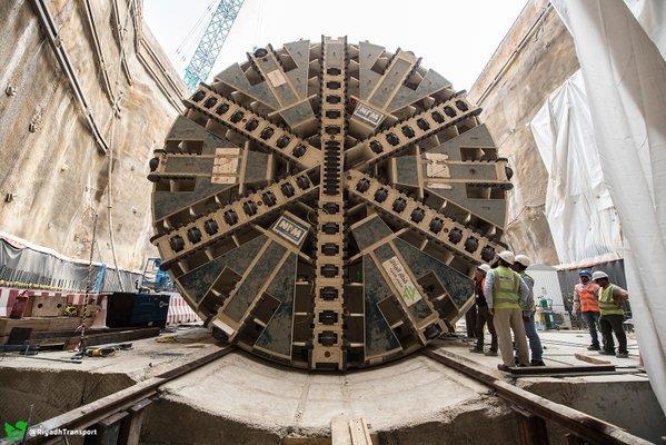 """بالصور.. آلات حفر الأنفاق بـ""""قطار الرياض"""" تنهي 17كم بنسبة 50% من المشروع"""