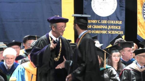 رئيس جامعة أمريكية يرفض مصافحة مبتعث عربي في حفل التخرج.. والجامعة تبرر ( فيديو)