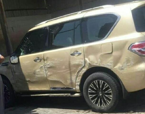 """بالفيديو والصور.. أضرار جسيمة لـ """"نيسان باترول"""" بعد سقوطها من بستم مغسلة بتبوك"""