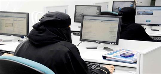 """مدير وافد يحتجز موظفة سعودية بعد استقالتها ويتلفظ عليها.. و""""العمل"""" تتفاعل وتؤكد: تم ضبطه"""
