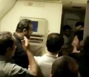 """""""إحنا مو بهايم"""".. مسافرون غاضبون من احتجازهم 5 ساعات دون تكييف على طائرة """"السعودية"""" (فيديو)"""