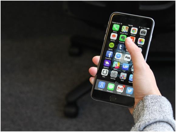 """يصعب التحكم في هاتف """"ايفون 6 بلس"""" بيد واحدة، حتى في حالة ضبطه على وضعية Apple's """"Reachability"""" mode."""