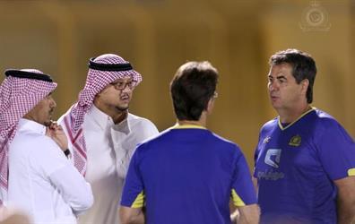 بالصور .. رئيس النصر يجتمع بالمدرب واللاعبين
