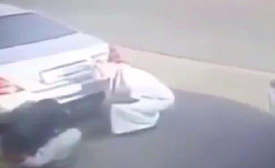 كان لوجود كاميرا مراقبة على أحد البيوت في جدة الفضل في توثيق قيام شاب برفقة آخر بحرق سيارة فارهة،