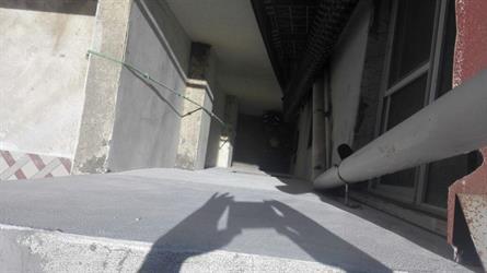 مدني أبها يستخرج عامل سقط في منور عمارة سكنية