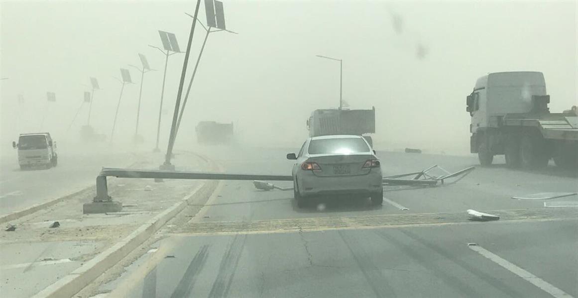شاهد.. تهاوي أعمدة إنارة اللوحات الإرشادية على طريق سريع بالمنطقة الشرقية بسبب العواصف