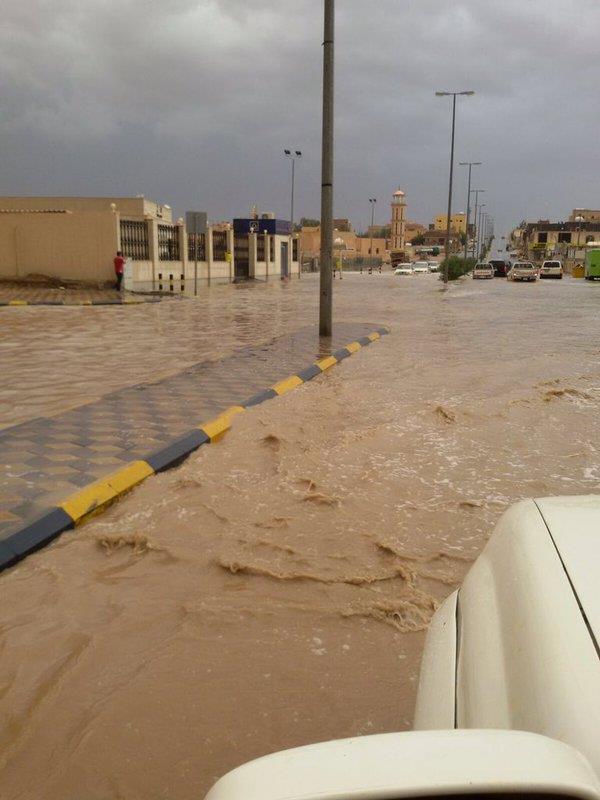 """""""أمطار القريات"""" تعلق الدراسة وتعطل شوارعها"""