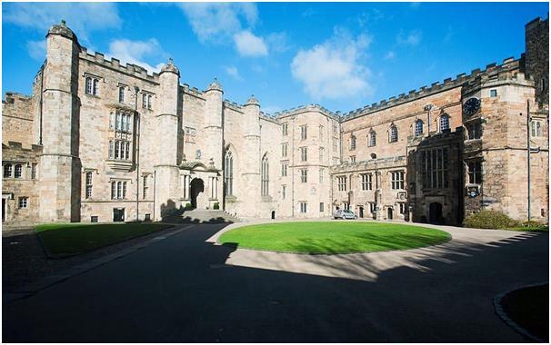 يتطلب الالتحاق بجامعة درهام الحصول على 521 درجة في اختبارات القبول، وتعد ثالث أقدم جامعة بعد جامعة أكسفورد وجامعة كامبريدج.