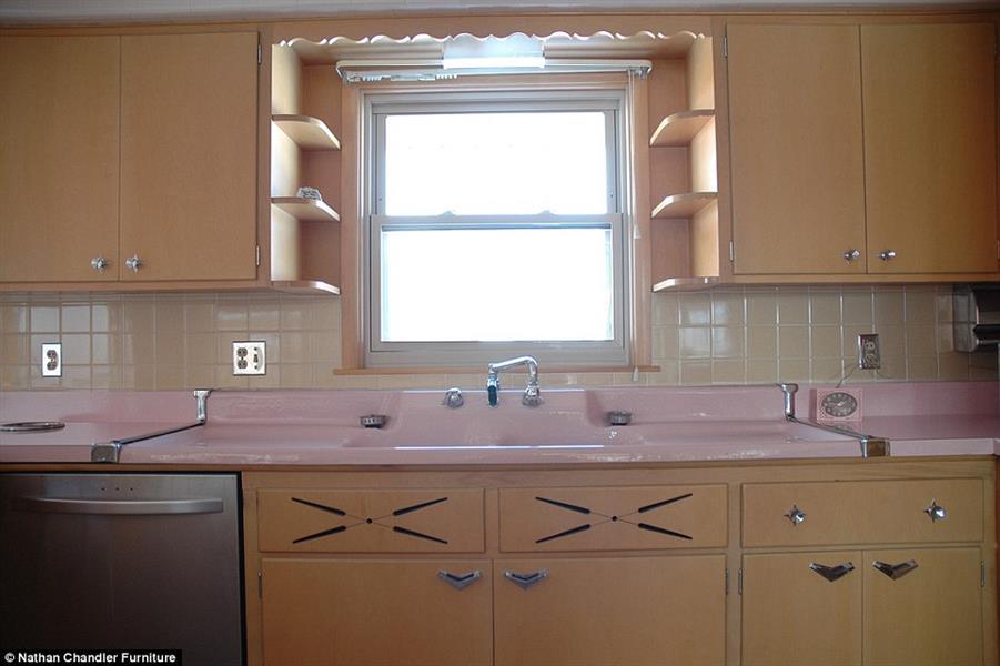 الخشب الأشقر يزين المكان، مقابض الفضة بشكل هندسي، والمينا الوردية، حسب اسلوب الخمسينات الميلادية.