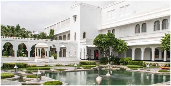 """فندق """" Taj Lake Palace"""":- ويقع في قلب بحيرة """" بيكولا"""" في مدينة """"أودايبور"""" الهندية، وصممت واجهته بالرخام الأبيض، ويقدم الفندق خ"""