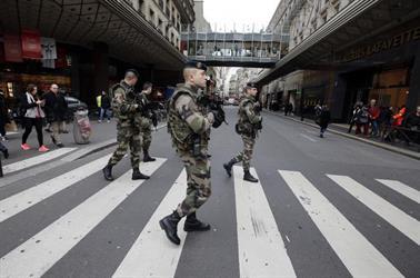 إصابة جنود فرنسيين في حادثة دهس بضاحية في باريس