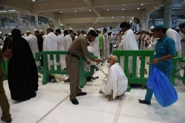 صور تظهر تفاني رجال الامن في خدمة المعتمرين وزوار الحرم