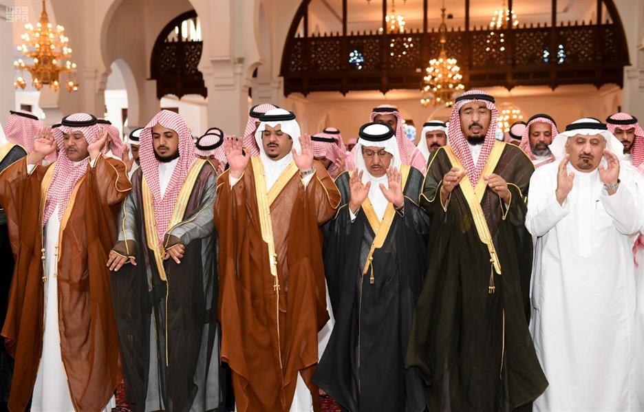 أمير الرياض بالنيابة يؤدي صلاة الميت على رئيس الأخويا بالديوان الملكي