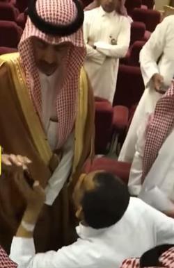 """بالفيديو.. مواطن في حالة تأثر يوقف محافظ الخرج ليشتكي موظفي المستشفى: """"محتاج علاج بلا لف ودوران"""""""
