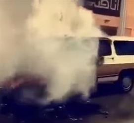 """نجاة سائق """"جمس"""" من الموت بعد اشتعالها بسبب تماس كهربائي في مكة - فيديو"""