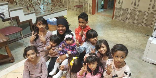 بالصور.. أسرة أحسائية تحتفل بإسلام خادمتها الكينية