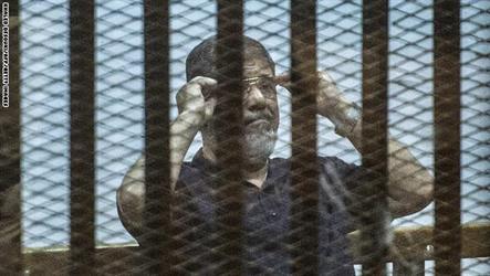 """مصر.. تأجيل محاكمة مرسي و10 متهمين بـ""""التخابر مع قطر"""" وحبس متهم سنة مع الشغل لـ""""إهانة"""" المحكمة"""