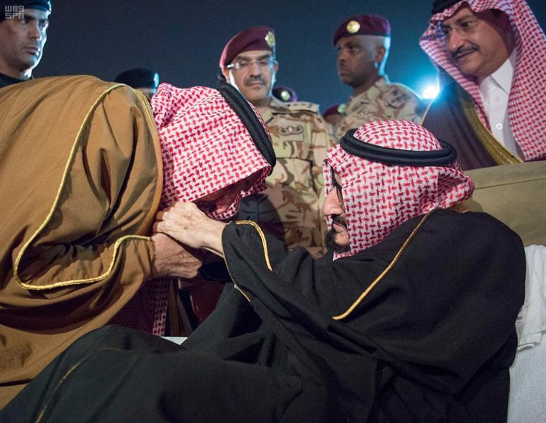 """مشهد وفاء.. خادم الحرمين يُقَبل يد أخيه """"الأمير بندر"""" عند عودته للوطن (فيديو)"""