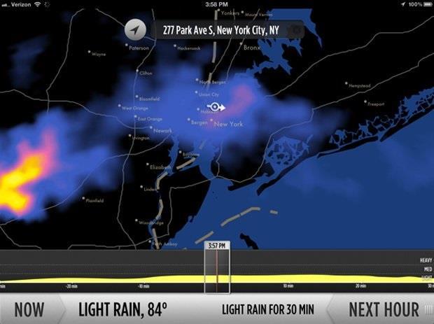 تطبيق Dark Sky يخطر المستخدم بإحتمالية سقوط أمطار مع توضيح التوقيت المحتمل لتوقفها، وهو متاح لمستخدمي iOS مقابل 3.99 دولارات.