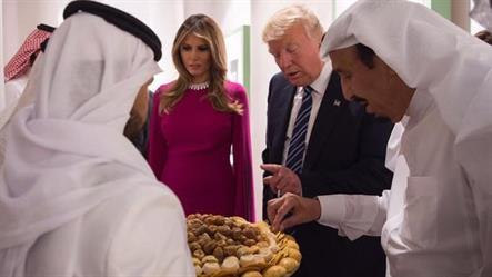 """شاهد.. الملك يشرح لترامب وميلانيا بالإنجليزية تقاليد تقديم القهوة و""""الكليجا"""""""
