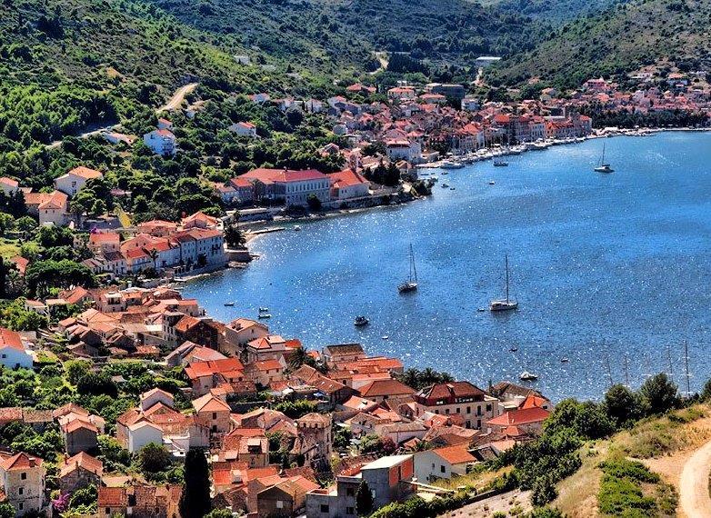 """جزيرة """"فيس""""، وتقع في كرواتيا وتطل على البحر الأدرياتيكي، مجموع سكانها لا يتعد 4 آلاف نسمة، ولا تزيد مساحتها عن 91 كيلومترًا مر"""