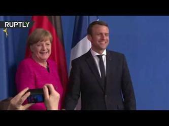 """موقف محرج لميركل أثناء استقبالها الرئيس الفرنسي الجديد """"ماكرون"""""""