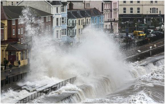 تسببت عاصفة هائلة ضربت بريطانيا في فبراير الماضي، في حدوث فيضانات عارمة.