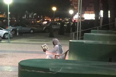 مشجع أهلاوي يقرأ القرآن عند بوابة الأهلي