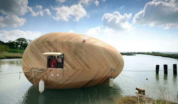 يعتبر الشكل البيضاوي ذات شعبية بين حلول السكن الصديقة للبيئة، مثل تصميم الفنان البريطاني ستيفن تيرنر الظاهر في الصورة،