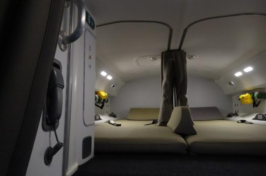 يبدو فراش النوم متسع ومريح بما فيه الكفاية كما توجد ستائر وحواجز لتقليل الضوضاء على الطائرة