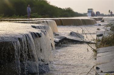 السيول تدمر أحد الطرق بجازن وتحتجز المركبات وتعزل عدداً من قرى المنطقة