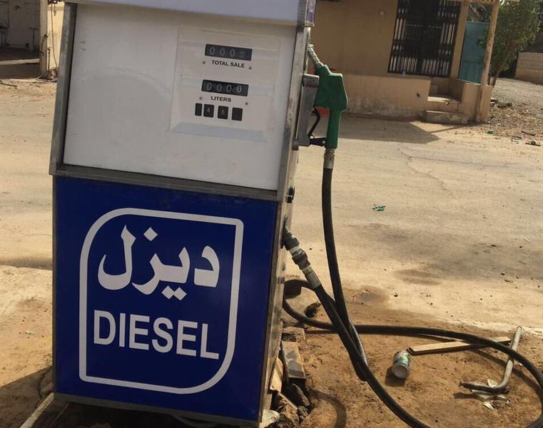 """بعد بلاغ مواطن.. """"التجارة"""" تغلق محطة وقود تبيع بنزينًا مختلطًا بالماء والشوائب في بريدة"""