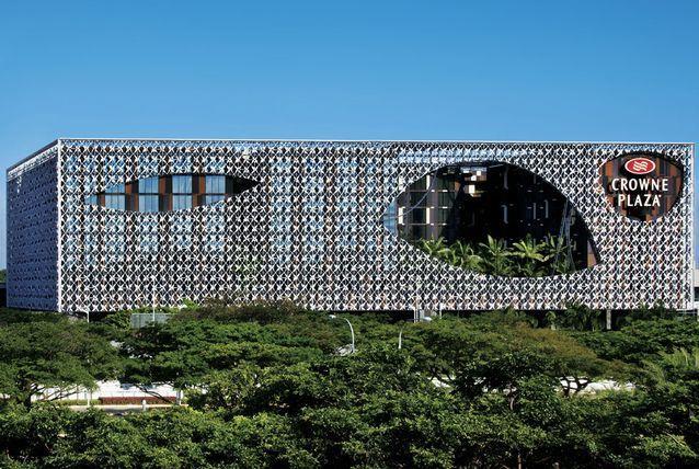 """يتصدر فندق كراون بلازا شانجي إيربورت """"Crowne Plaza Changi Airport"""" في سنغافورة تلك القائمة."""