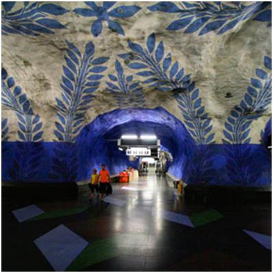 """محطة """"T-Centralen""""، وهي أكثر محطات العاصمة – السويدية - ستكهولم ازدحامًا، فهي المحطة التي تتجمع عندها كل خطوط مترو ستكهولم، وي"""