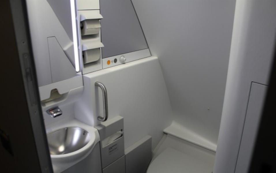 """يوجد في بعض غرف الاستراحة السرية حوض وحمام يشبه مراحيض طاقم الضيافة على طائرات """"لوفتهانزا"""" طراز """"إيرباص إيه 380"""""""
