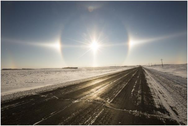 """تحدث ظاهرة """"sun dogs"""" المعروفة علميًا باسم """"parhelia""""، نتيجة وقوع ضوء الشمس على سحب تحوي كتلا ثلجية، تقوم بدور المنشور الزجاجي"""