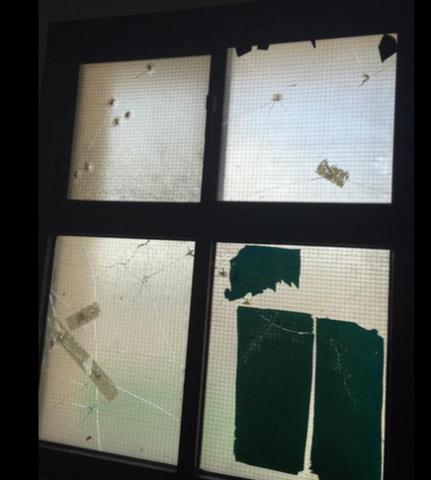 مجهول يطلق النار على مدرسة بسيهات ثم يلوذ بالفرار (صور)