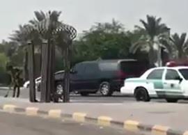 بالفيديو.. رجل أمن يساعد عامل نظافة في إزالة زجاج من على طريق بالظهران