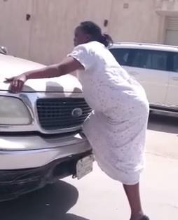 بالفيديو.. خادمة تتصرف بغرابة الطريق