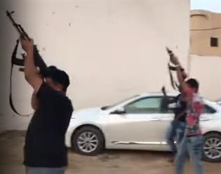 شاهد.. شبان يطلقون النار بكثافة بحي سكني في بيش بجازان.. ومصادر: الشرطة قبضت عليهم