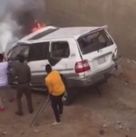بالفيديو.. اشتعال سيارة سقوطها أعلى