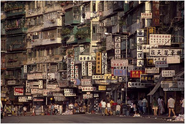 وقد عاش في المدينة التي تبلغ مساحتها 6,4 أفدنة فقط، أكثر من 33 ألف شخص، لذلك يعتبرها كثيرون أكثر الأماكن اكتظاظًا بالسكان على