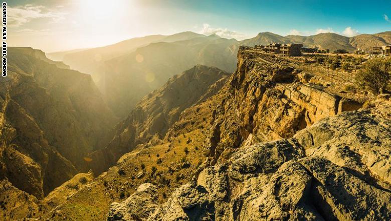 وتحيط بالفندق مساحات من الصحراء الصخرية والمزارع المنتشرة في الجبل الأخضر، الذي يعتبر أعلى نقطة في عمان.
